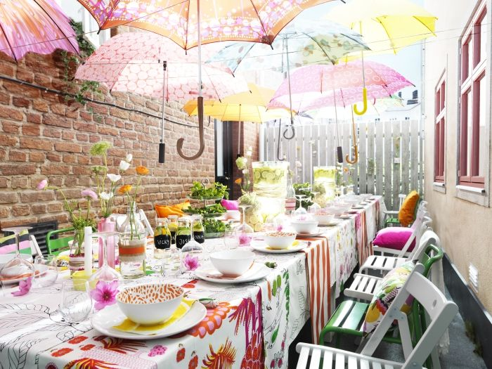 Cheerful and cheap! Plastic umbrellas, mix and match plates, and plastic table covers